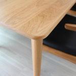 優しいデザインのテーブルはオーク材です。
